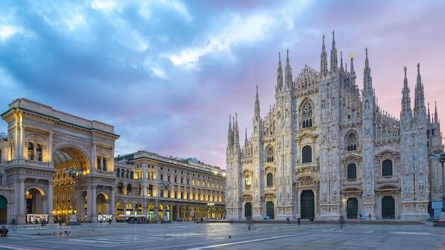 Schöner himmel mit blick auf mailänder dom in italien.