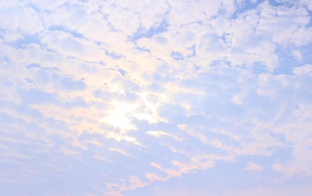 Schöner himmel mit dem licht der sonne.