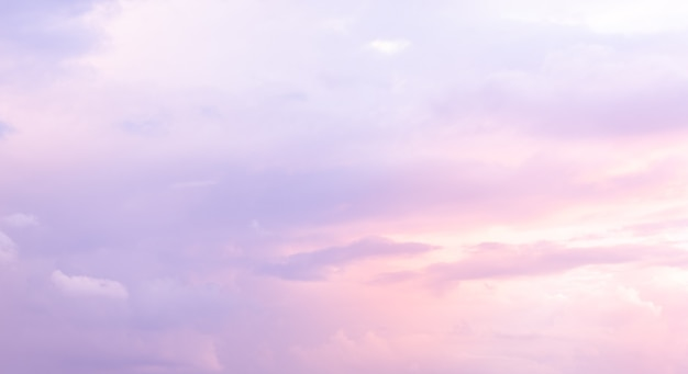 Schöner himmel mit lila und blauer farbe. morgensonne durch den azurblauen himmel ..