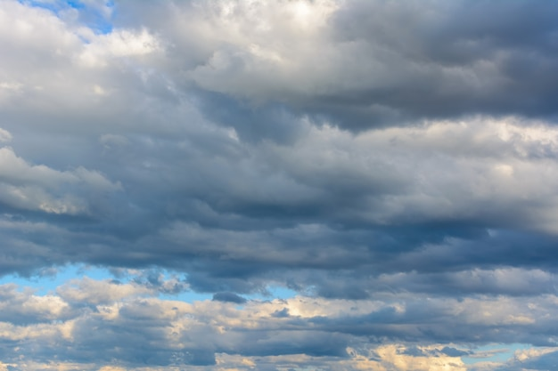 Schöner himmel mit schweren, regnerischen wolken. helle wolken. himmel hintergrund.
