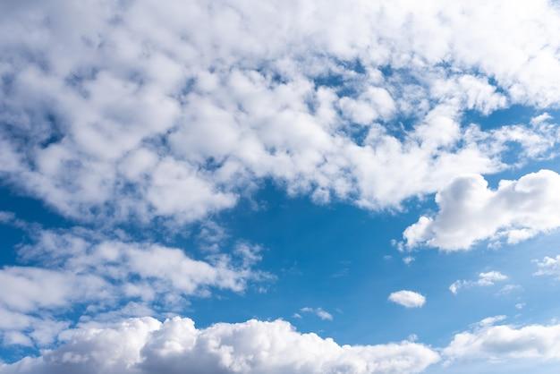Schöner himmel mit volumetrischen wolken und den sonnenstrahlen. für jeden zweck