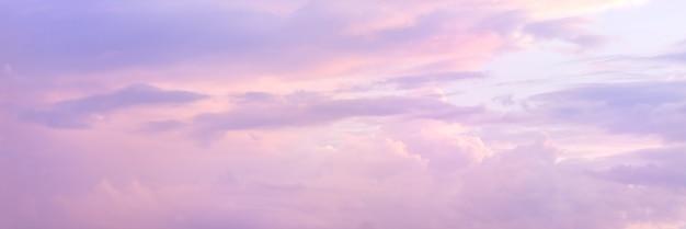 Schöner himmel mit weichem sonnenlicht in rosa und lila. panorama des schönen himmels ..