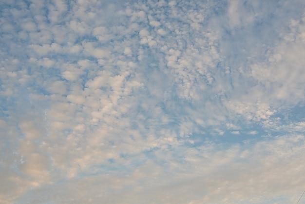 Schöner himmel mit wolken