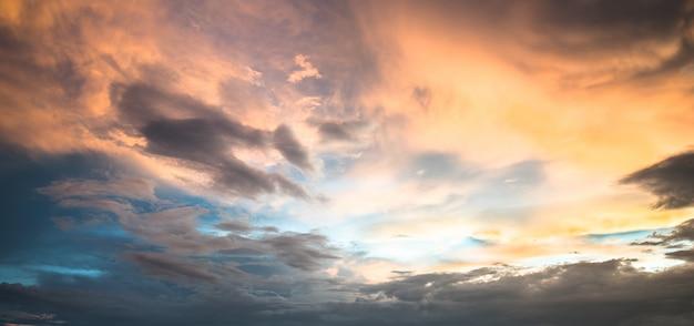 Schöner himmel mit wolkensonnenuntergang