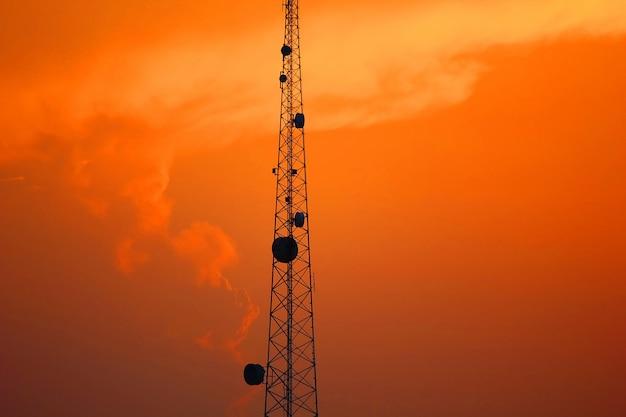 Schöner himmel nach sonne stellte mit telekommunikationspfosten ein