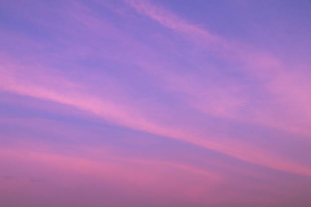 Schöner himmel und wolken in der weichen pastellfarbe. weiche wolke im bunten purpurroten pastellton des himmelhintergrundes.