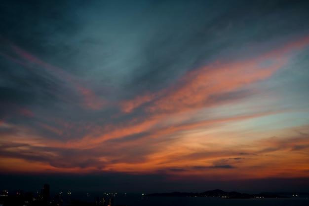 Schöner himmelsonnenuntergang mit bunter wolke am strandozean