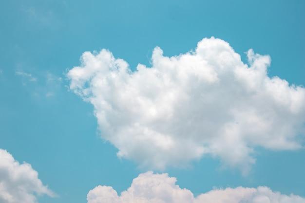 Schöner hintergrund des blauen himmels und der wolken draußen auf sommer.