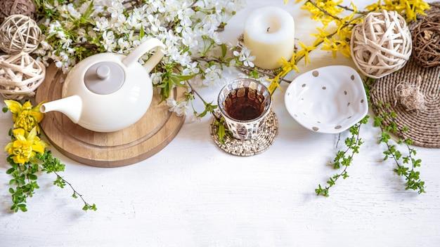 Schöner hintergrund des frühlings zusammensetzung mit frühlingsblumen.