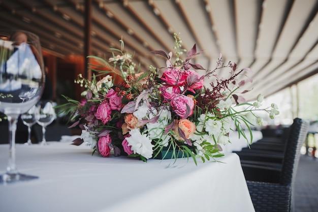 Schöner hochzeitsblumenstrauß auf dem restauranttisch