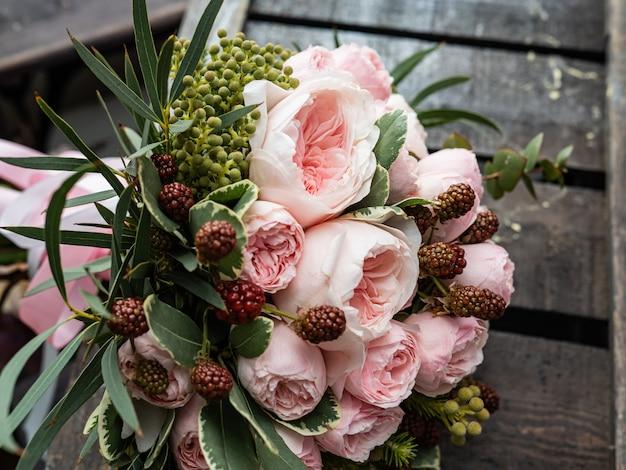 Schöner hochzeitsblumenstrauß des strauchs und der pfingstrose zacken leicht rosen aus.