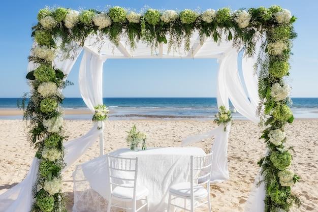 Schöner hochzeitsbogen am strand