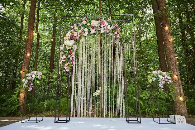 Schöner hochzeitsbogen für zeremonie im rustikalen stil im wald