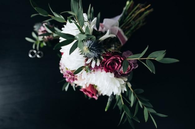 Schöner hochzeitsstrauß der weißen chrysanthemen und der lila rosen