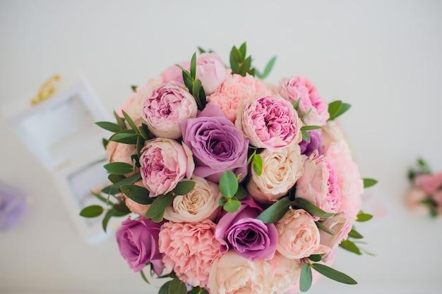 Schöner hochzeitsstrauß in den händen der braut. hortensie, eustoma, rosen im brautstrauß.