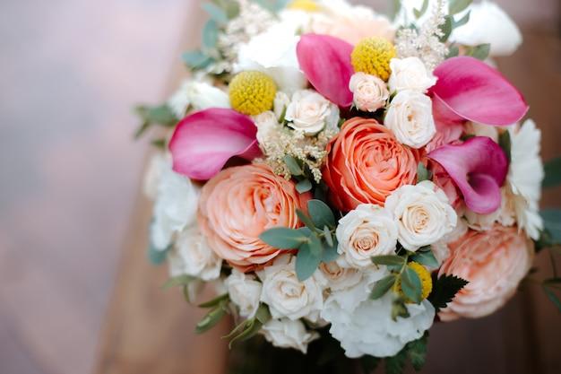 Schöner hochzeitsstrauß mit roten, rosa und weißen blumen, rosen und eukalyptus, pfingstrosen, callalilien