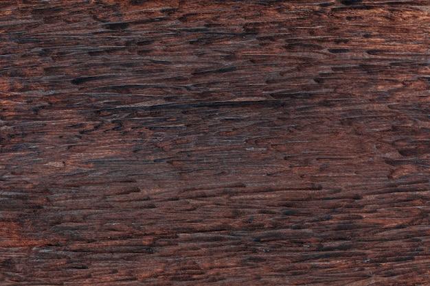 Schöner hölzerner hintergrund. von rustikalem aussehen und dunklen, ockerfarbenen, braunen, gerösteten, schwarzen tönen. die adern und äste werden geschätzt.