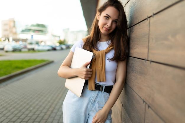 Schöner hübscher charmanter attraktiver schöner faszinierender fröhlicher fröhlicher glatthaariger brunet