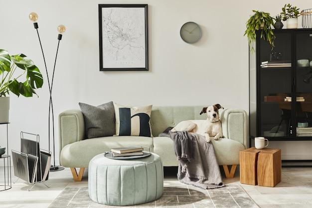 Schöner hund, der auf dem grünen sofa am stilvollen dachbodeninnenraum mit grünem sofa, design-hocker liegt.