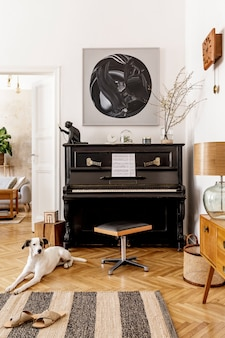 Schöner hund, der auf dem teppich liegt. stilvolles und retro-interieur des wohnzimmers mit schwarzem klavier, möbeln, mock-up-gemälden, pflanzen, dekoration und eleganten accessoires in moderner wohnkultur.