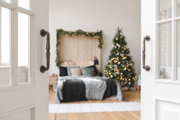 Schöner innenraum des schlafzimmers vor weihnachten
