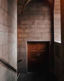 Schöner innenschuss einer braunen tür in einem steingebäude