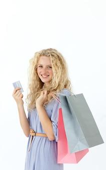 Schöner jugendlicher mit einkaufstaschen
