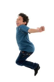 Schöner junge, der springt