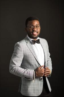 Schöner junger afrikanischer mann im anzug