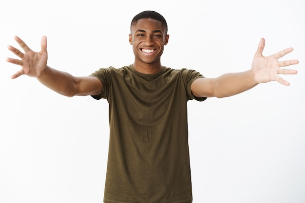 Schöner junger afroamerikaner mit khaki-t-shirt