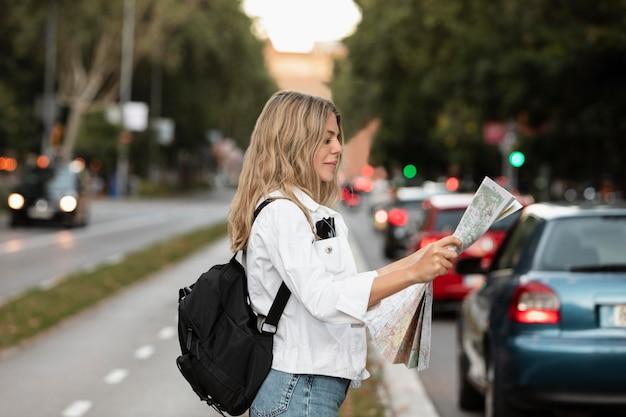 Schöner junger erwachsener, der in der stadt reist