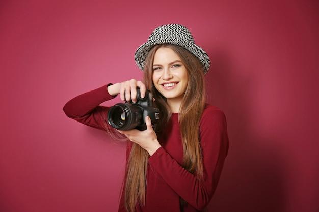 Schöner junger fotograf mit fotokamera