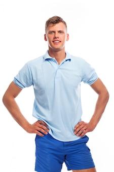 Schöner junger mann in freizeitkleidung
