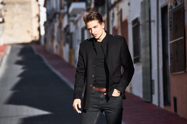 Schöner junger mann in schwarz