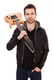 Schöner junger mann mit einer e-gitarre
