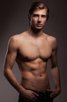 Schöner junger mann mit nackten oberkörper
