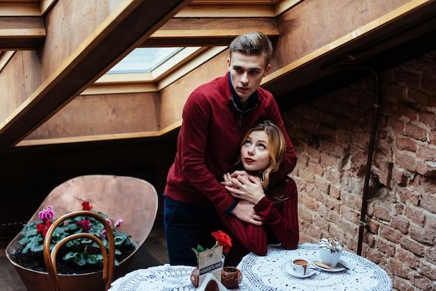 Schöner junger mann und frau feiern valentinstag