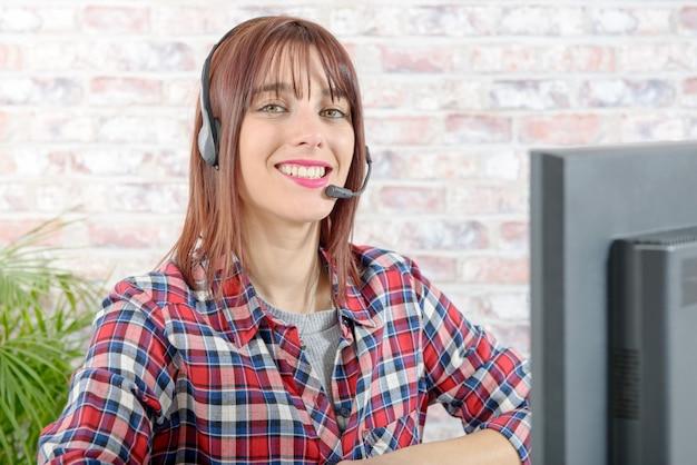 Schöner junger stütztelefonbediener mit kopfhörer