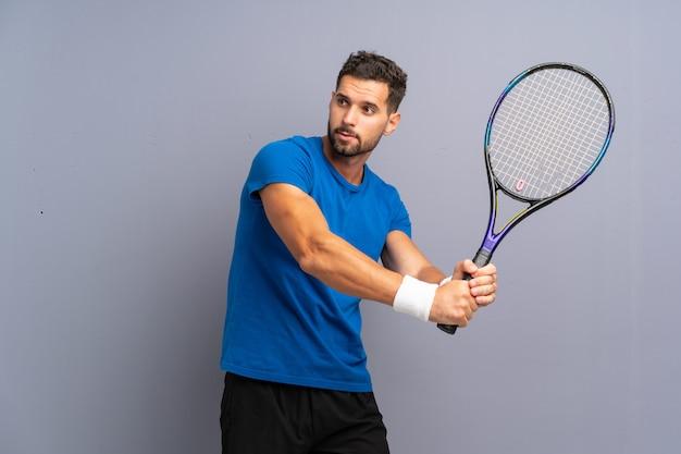 Schöner junger tennisspieler mann
