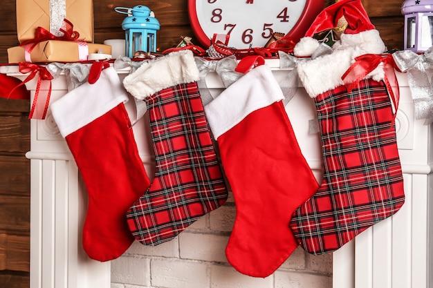 Schöner kamin weihnachtlich dekoriert mit socken