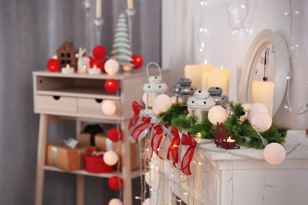 Schöner kamin weihnachtlich dekoriert