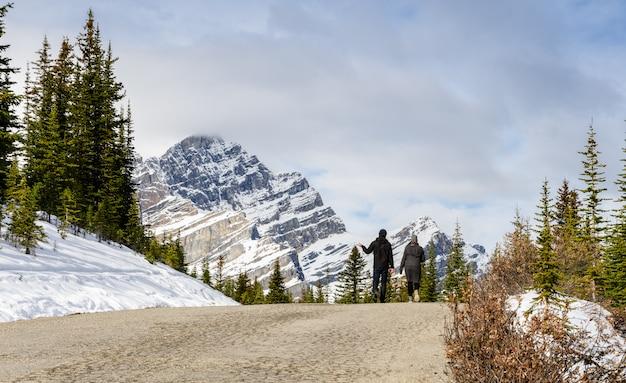 Schöner kanadischer rockies-berg an nationalpark banff in alberta, kanada
