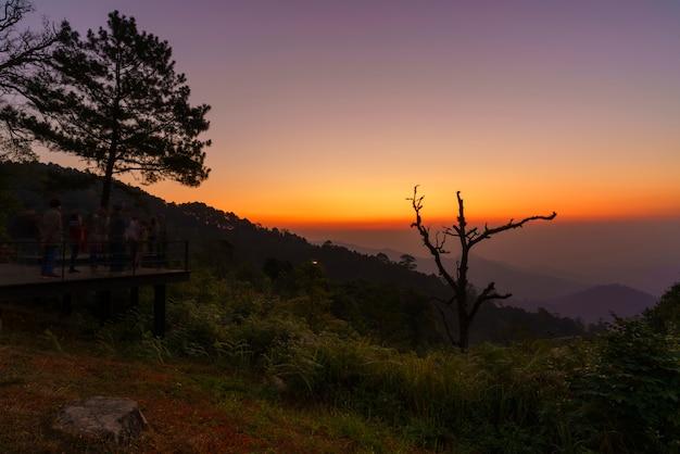 Schöner kewfin-standpunkt befindet sich in chae son national park nahe mae kampong-dorf in der dämmerung, chiang mai, thailand