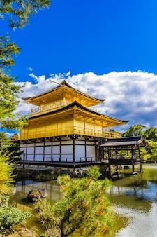 Schöner kinkakuji-tempel mit goldenem pavillion in kyoto japan