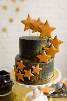 Schöner kuchen auf einer feiertagstabelle für eine geburtstagsfeier