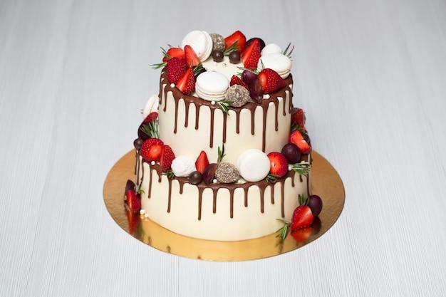 Schöner kuchen mit erdbeeren zum geburtstag