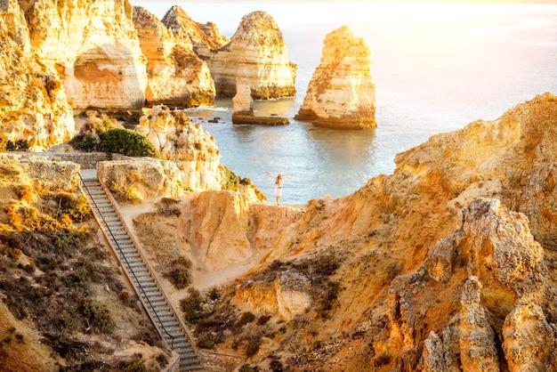 Schöner landschaftsblick auf die felsige küste auf ponta da piedade in der nähe der stadt lagos im süden portugals