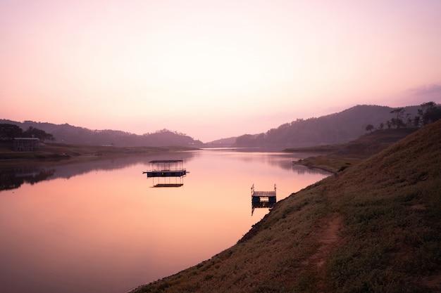 Schöner landschaftsmorgensonnenaufgang auf einem see