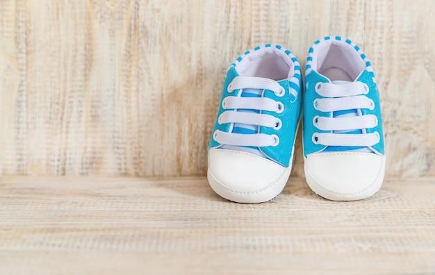 Schöner leichter hintergrund, neugeborenes baby des zubehörs. selektiver fokus