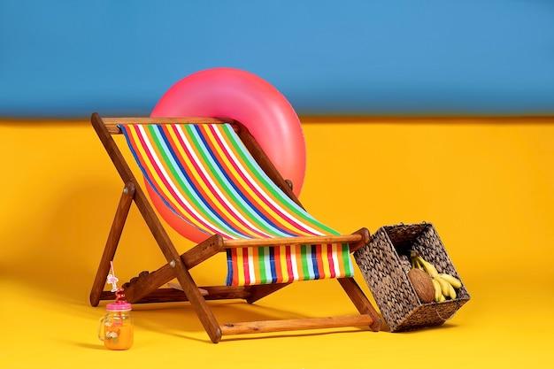 Schöner liegestuhl am improvisierten künstlichen strand komplett mit in